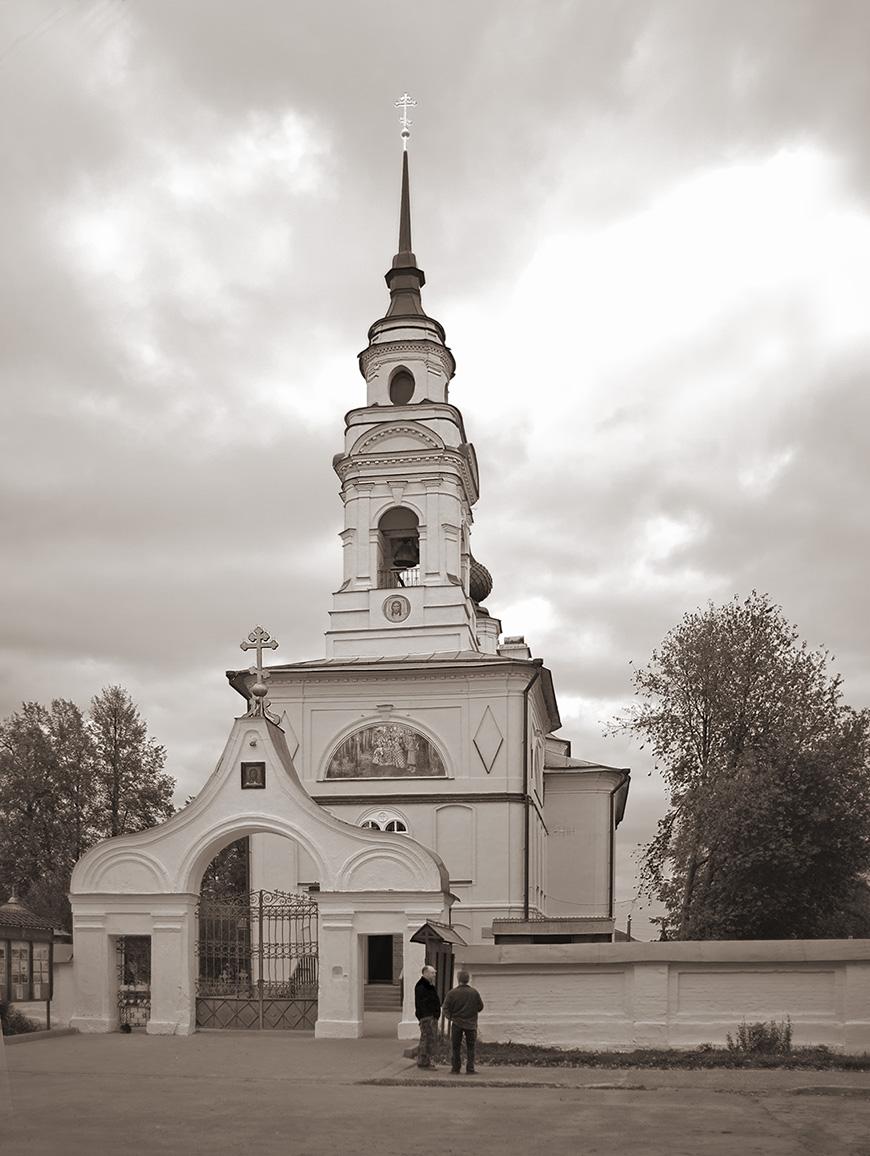 Фасад и ворота церкви Спаса на Запрудне