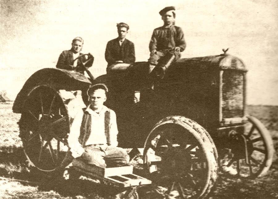 Тракторная бригада К.Н. Харчевой. Антроповский район.